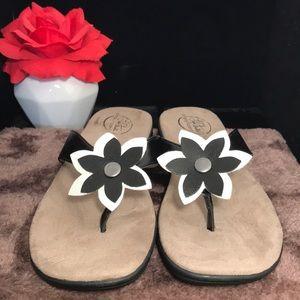 LIFE STRIDE  comfy flower thong sandals size 7.5M